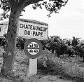 Markering van het beroemde wijndorp Châteauneuf-du-Pape met het naambord tussen , Bestanddeelnr 254-0250.jpg