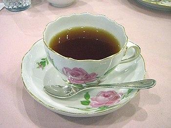 English: Tea in a Meißen pink-rose teacup 日本語:...