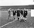 Militair voetbal Nederland tegen Portugal, de toss, Bestanddeelnr 906-9646.jpg