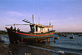 Mui Ne Strand mit Fischerboot 02.jpg