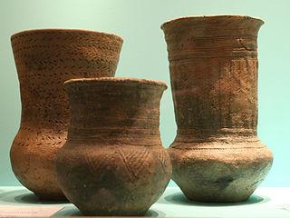 Trois vases en poterie du néolithique