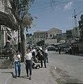 Nazareth Straat met geparkeerde auto's op de voorgrond een schoenenpoetsers aa, Bestanddeelnr 255-9274.jpg