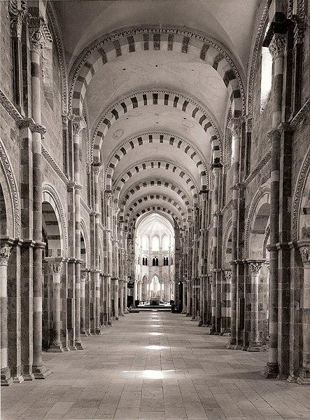 Datei:Nef de la basilique de Vézelay à 14h27 le 23 juin 1976.jpg