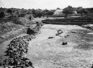 Nordmuren från väster. Ajia Irini. utgrävning. Αγια Ειρηνη - SMVK - C02459.tif