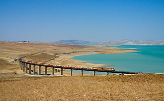 ONCF - Image: ONCF DH 370 with a Casablanca Oujda train at the Barrage Idriss 1er