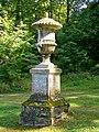 Ognon (60), parc d'Ognon, vase en pierre à l'extrémité sud-est du miroir d'eau.jpg