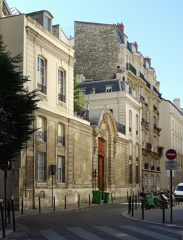 https://upload.wikimedia.org/wikipedia/commons/thumb/f/fc/P1120020_Paris_VI_rue_du_Regard_premier-plan_h%C3%B4tel_particulier_du_n%C2%B01_%28M.H.%29_rwk.JPG/611px-P1120020_Paris_VI_rue_du_Regard_premier-plan_h%C3%B4tel_particulier_du_n%C2%B01_%28M.H.%29_rwk.JPG