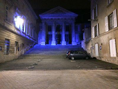 Façade du Palais de Justice de Poitiers de nuit