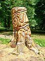 Parc Jean-Jacques Rousseau (60), tronc d'arbre sculpté.jpg