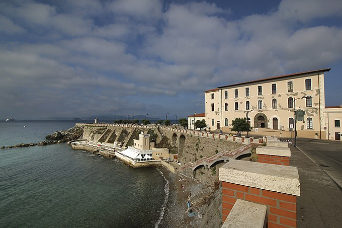 Piombino Palazzo Appiani museo del mare - sullo sfondo Piazza Bovio