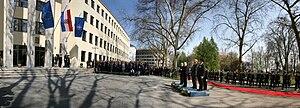 Podizanje NATO zastave 070409 pano 1