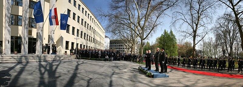 Podizanje NATO zastave 070409 pano 1.jpg