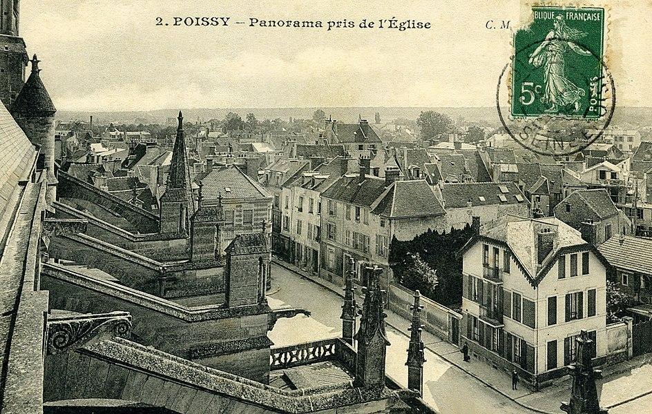 Panorama de Poissy (Yvelines - France) vue depuis la collégiale Notre-Dame de Poissy en direction du nord ouest, au sol la rue de l'eglise, l'essentiel du bâti visible sur la carte postal fut détruit dans les années 60-70 pour laissé place au barres de la rue du Cep.