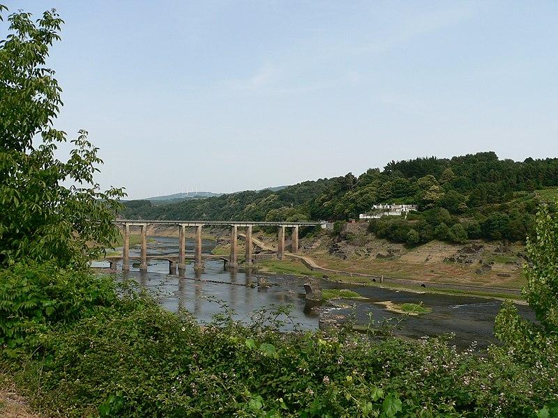 File:Ponte nova e a ponte vella de Portomarin descuberta pola sequia do embalse - panoramio.jpg