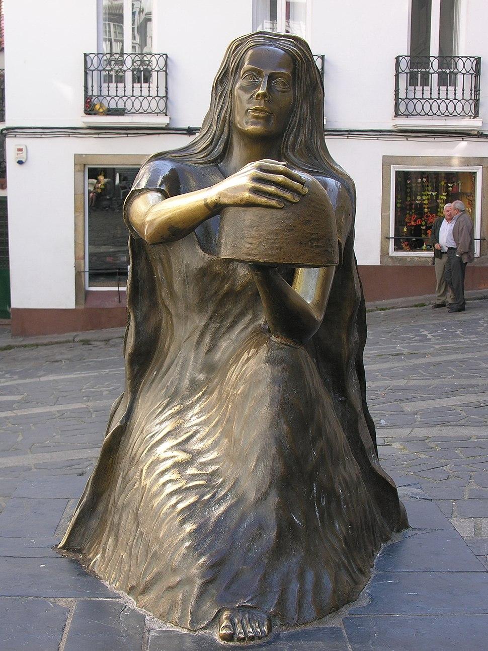 Pontedeume.Galiza.Estatua na praza do pan.005