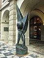 Praha, Malá Strana, Malostranské náměstí, Malostranská beseda, socha.jpg