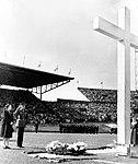 Prins Bernhard en prinses Juliana leggen een krans bij het kruis, Bestanddeelnr 900-6853.jpg