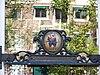 foto van Pakhuis met puntgevel waarin een merkwaardige gedenksteen betreffende de eerste-steenlegging