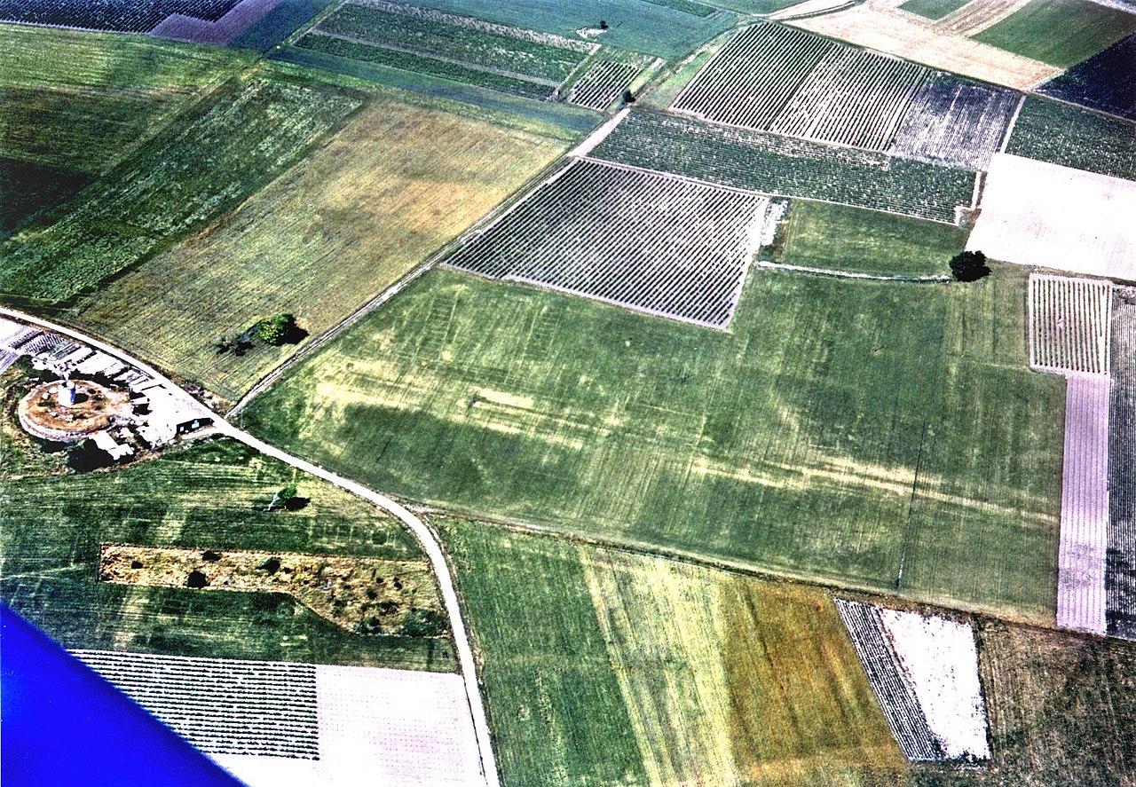 Survol des environs de Barzan lors d'une prospection aérienne