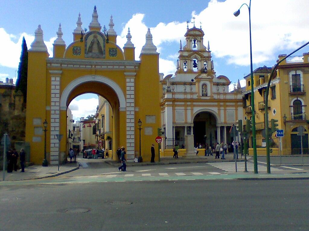 Puerta y Basílica de la Macarena (Sevilla).jpg