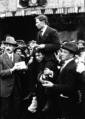 Réunion du Roosevelt - Brindejonc porté en triomphe - (photographie de presse) - Agence Meurisse.png