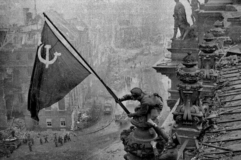File:Raising a flag over the Reichstag 2.jpg