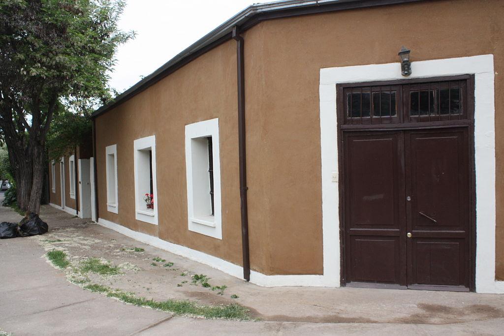 File rehabilitaci n de casa de adobe en calle itata for Casas modernas wikipedia