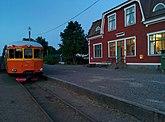 Fil:Restaurangvagnen URYP 1793 vid Virserums station längs smalspåret Växjö-Västervik.jpg