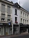 foto van Huis met lijstgevel, voorzien van een ruitenfries