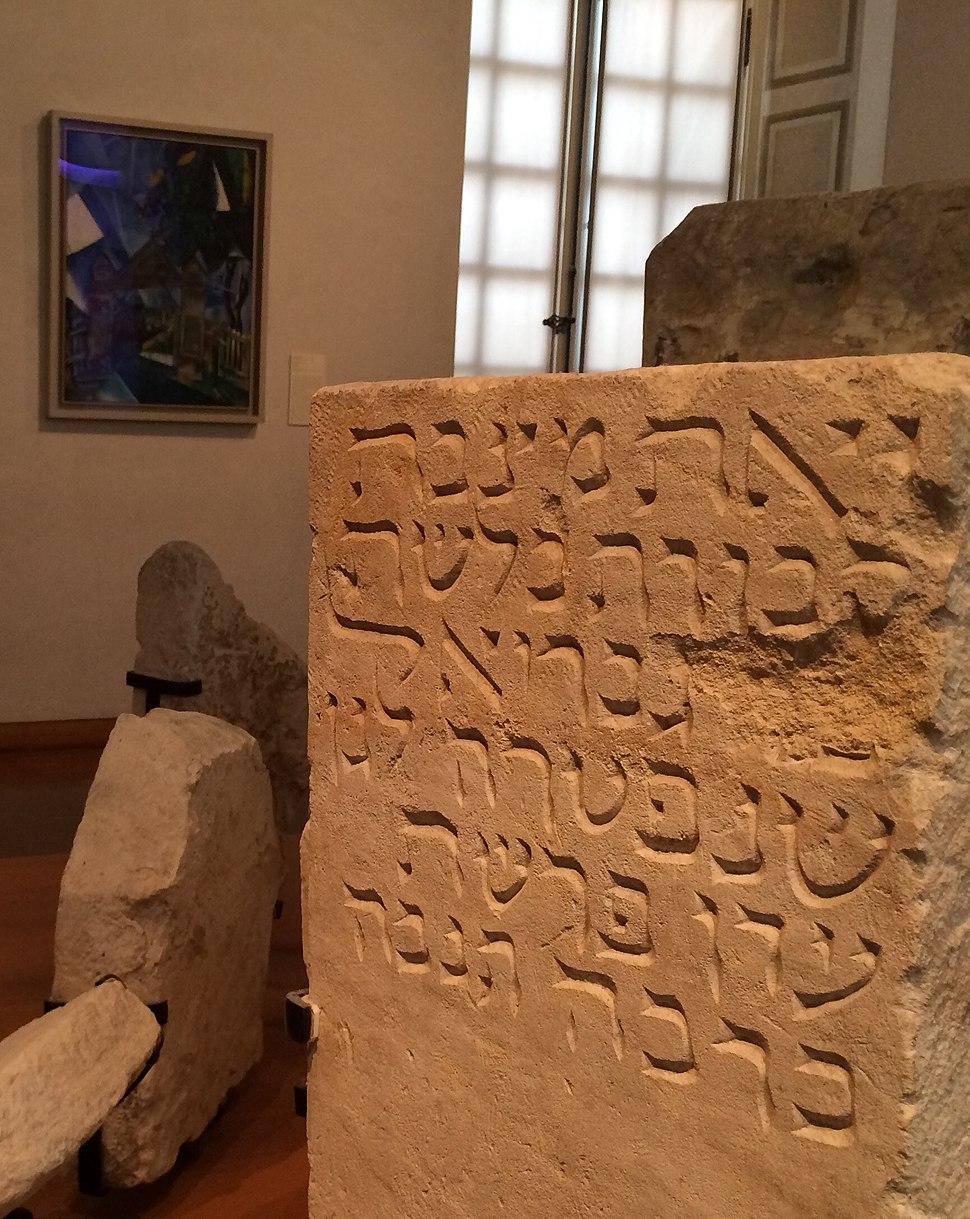 Stèles funéraires provenant d'un cimetière juif parisien du XIIIe siècle