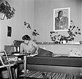 Studente op het bed in een kamer in het studentenhuis, Bestanddeelnr 252-8922.jpg