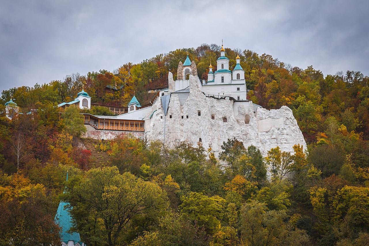 Меловые пещеры с церковью святителя Николая над ними