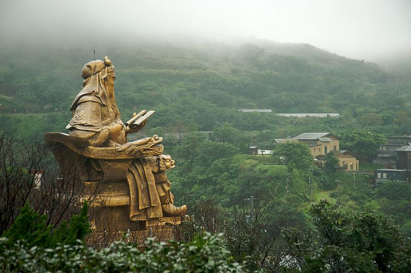 檔案:Taiwan 2009 JinGuaShi Historic Gold Mine Valley View Left Page FRD 8822 Giant Statue of GuanYu.jpg