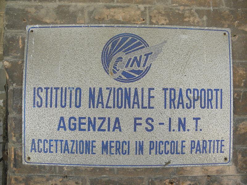 800px-Targa_Istituto_Nazionale_Trasporti%2C_scalo_merci_stazione_ferroviaria_%28Rovigo%29.JPG