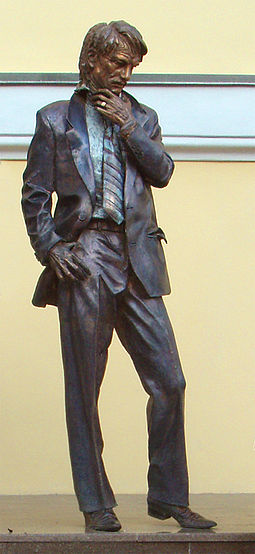 Monument to Andrei Tarkovsky at entrance of Gerasimov Institute of Cinematography Tarkovsky vgik.jpg