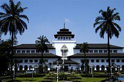 http://upload.wikimedia.org/wikipedia/commons/thumb/f/fc/Tempat-Wisata-di-Bandung-Gambar-Gedung-Sate.jpg/250px-Tempat-Wisata-di-Bandung-Gambar-Gedung-Sate.jpg