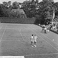 Tennis in Hilversum, Hajer in gesprek met Bowrey, Bestanddeelnr 917-9816.jpg