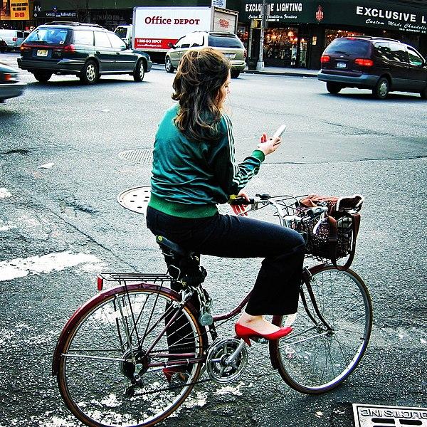 File:Texting in traffic.jpg