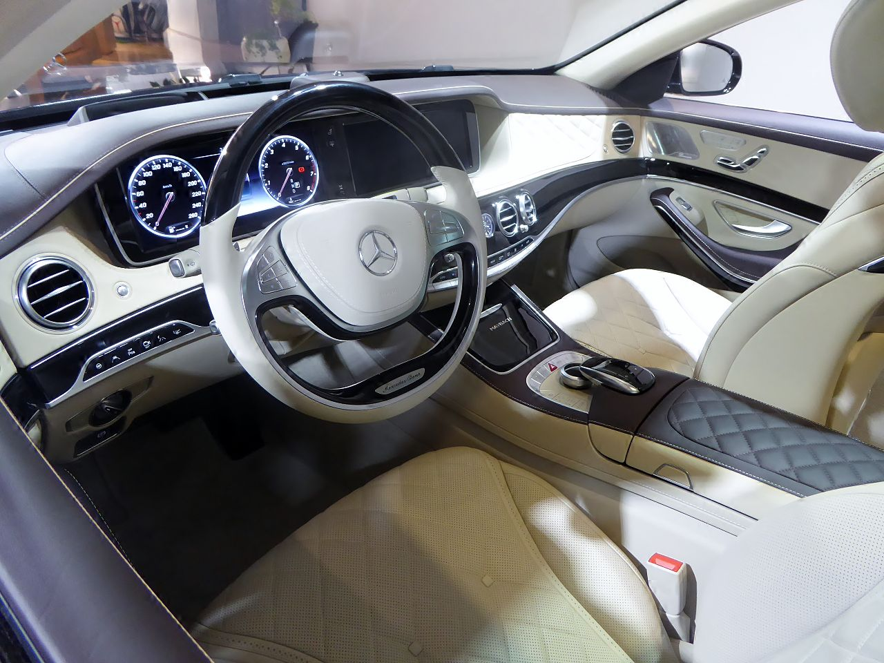 file the interior of mercedes maybach x222 s550 jpg wikimedia commons. Black Bedroom Furniture Sets. Home Design Ideas