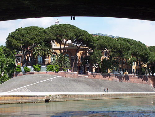 The Western end of Isola Tiberina. The travertine stone gives a distinctive trireme shape. Tiberina hh.jpg