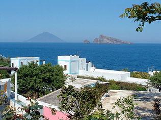Tipico abitato di Panarea, sullo sfondo l'isola di Basiluzzo e lo Stromboli