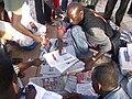 Vendeur de journaux à Dakar.JPG