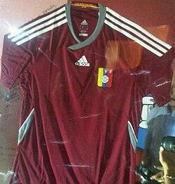 6b269b0bbcd Vista del uniforme de la selección de fútbol de Venezuela usado durante las  eliminatorias a Brasil 2014.