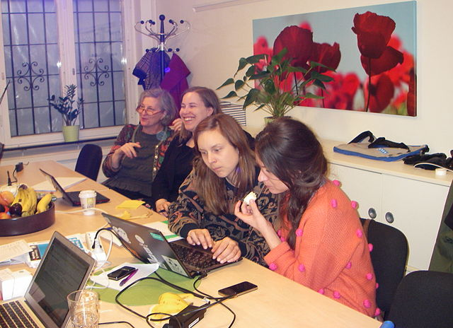 Skrivstuga med deltagare från Wikifem/Sveriges kvinnolobby. Foto:Axel Pettersson, CC-BY-SA
