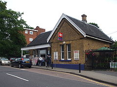 Winchmore Hill stn building.JPG