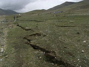 2010 Yushu earthquake - Earthquake cleft in the grassland