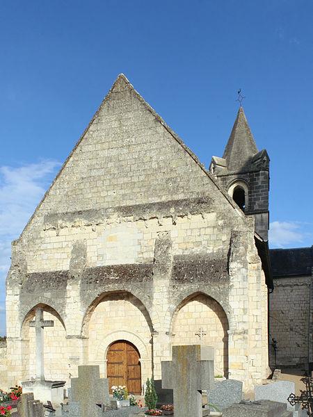 Église Saint-Aubin de Trèves (commune de Chênehutte-Trèves-Cunault, Maine-et-Loire),  façade occidentale depuis le cimetière.