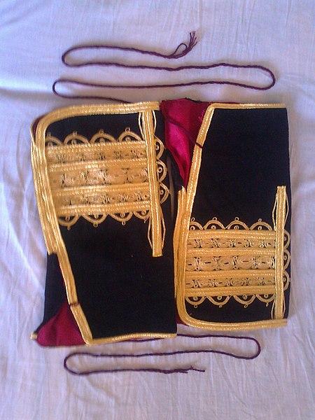 File:Дел од стара облека на жени од Мавровскиот регион.jpg