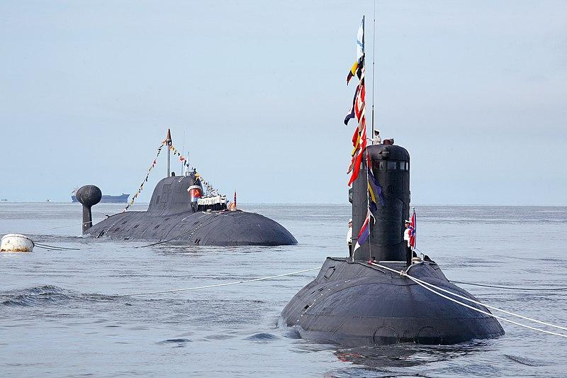 File:Парад кораблей 4 ДЭПЛ Варшавянка и АПЛ Магадан.JPG