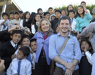 Elijah Wood - Wood in his visit to Curepto, Chile, with the First Lady Cecilia Morel (2010).